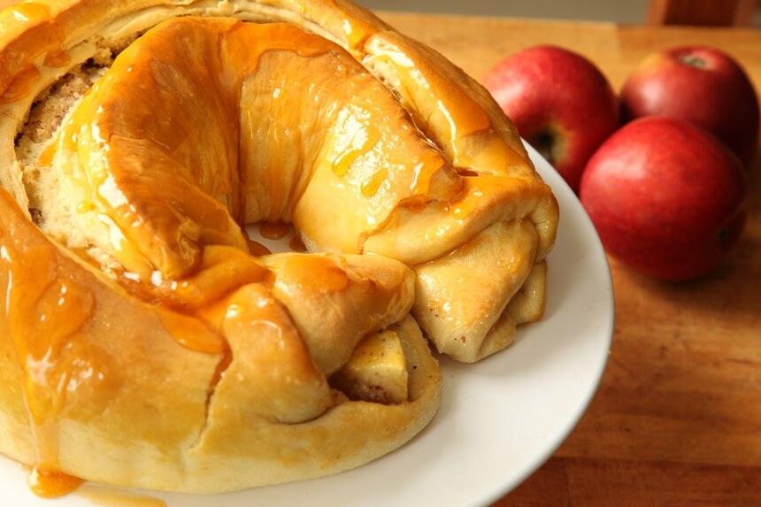 nadjeveni uskrsnji vijenac s jabukama, ljesnjacima i grozdicama
