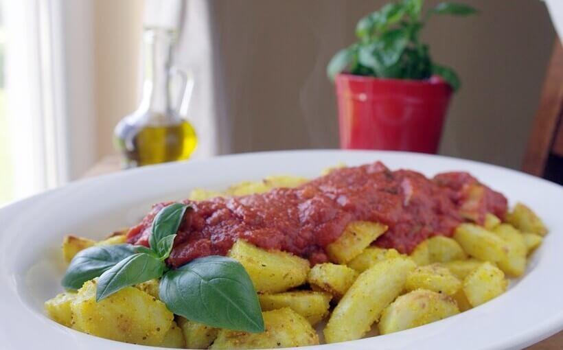 Pikantni pekarski krumpir s umakom od aromatizirane rajčice