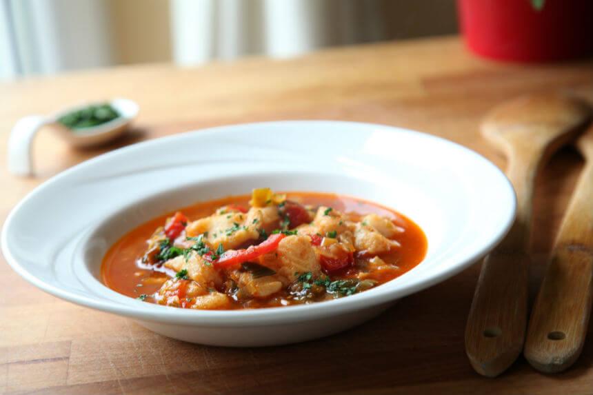 Gusta riblja juha s porilukom i pancetom