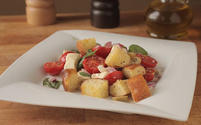 Salata panzanella – salata od kruha, maslina i mini rajčica