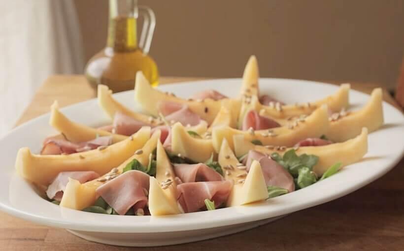 Salata s dinjom, rukolom i šunkom