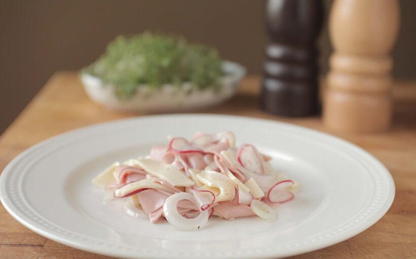 Švicarska salata – salata od parizera, luka i sira
