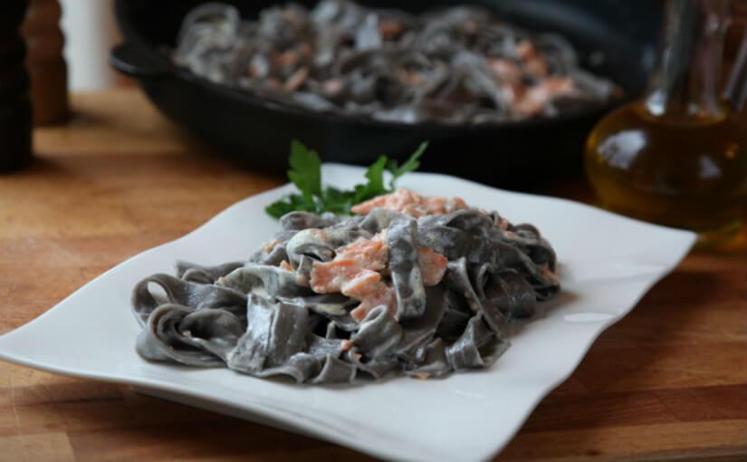 Široki rezanci s crnilom od sipe i umakom od lososa