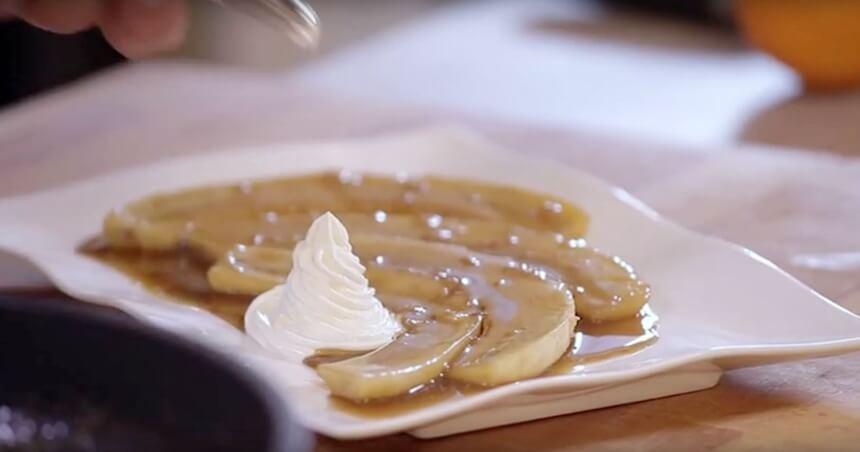 Flambirane banane s kremom od kiselog vrhnja i meda