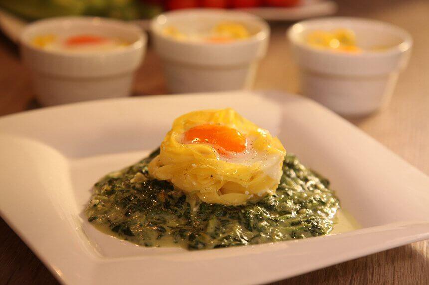 Tjestenina s jajima na podlozi od spinata