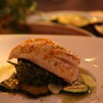 File bijele ribe na posteljici od povrća