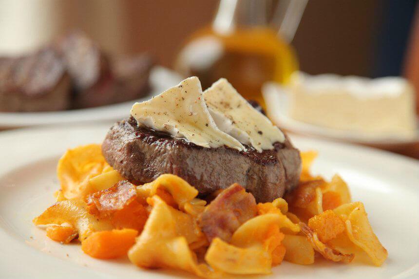 Juneći file na posteljici od tjestenine s pancetom i bundevom