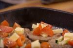 Zapečeni juneći odresci s mini rajčicama, tikvicama i parmezanom
