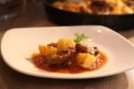 Stifado - junetina s krumpirom u umaku od rajčice