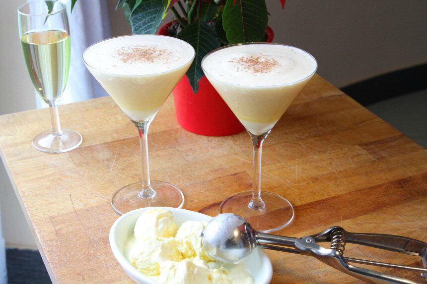 Zabaione u čaši s vinom i sladoledom od vanilije