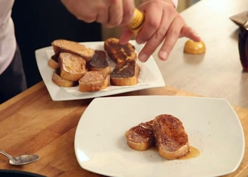 Pečeni slatki kruh s kompotom od marelica