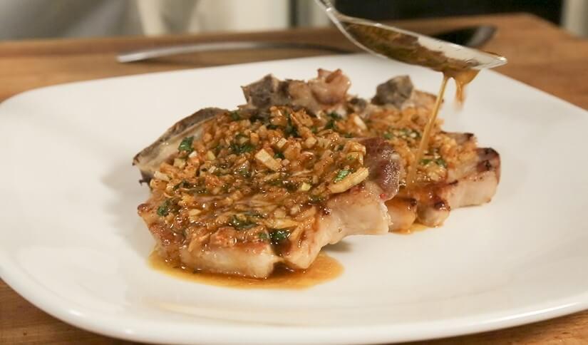 Pečeni svinjski kotleti s nadjevom od luka i peršina