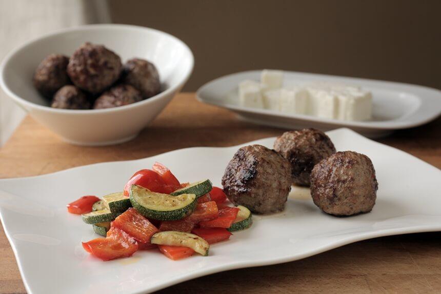 Pikantne mesne okruglice s feta sirom i povrćem