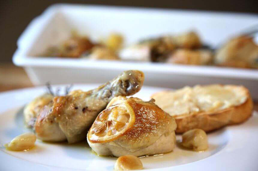 Piletina s 40 režnja češnjaka i prepečenim kruhom