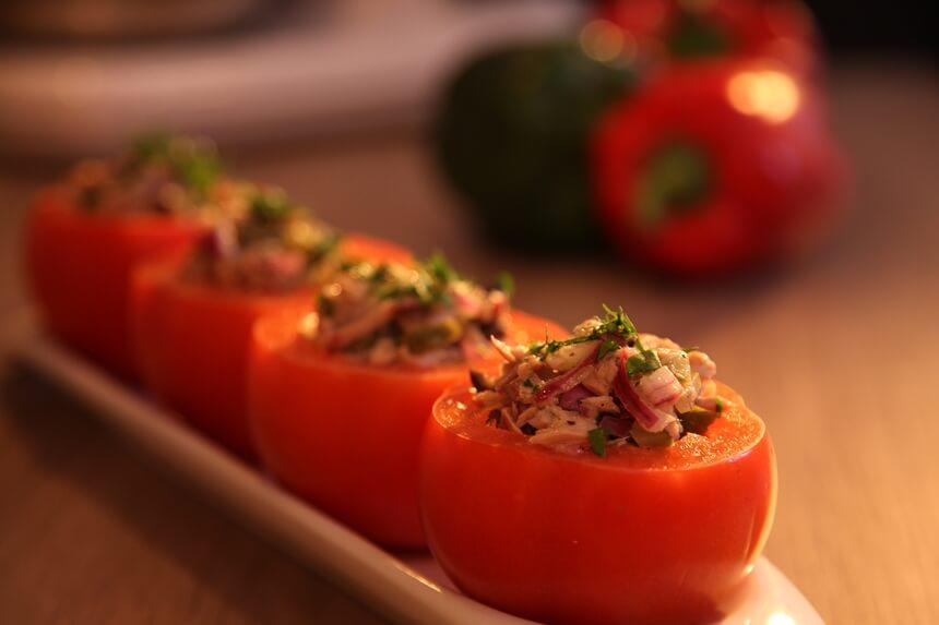 Rajčice punjene tunom, maslinama i kaparima