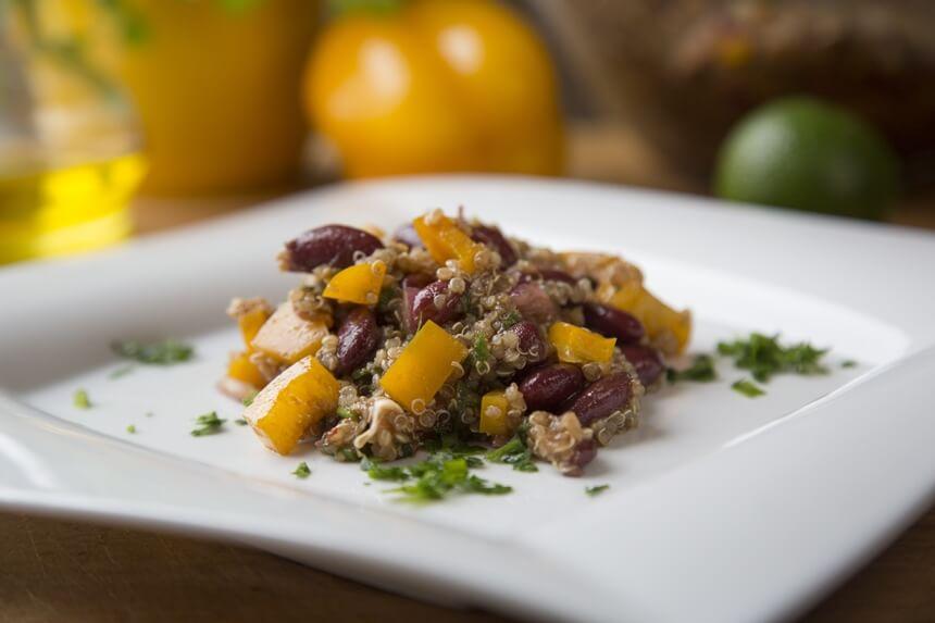 Salata od paprike, crvenog graha i quinoe