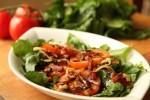 Topla povrtna salata sa slaninom, rajčicom i komoračem