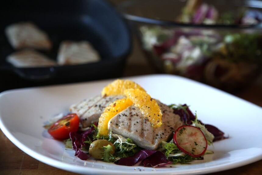 Tuna na posteljici od crvenog radiča, zelene salate i rotkvica