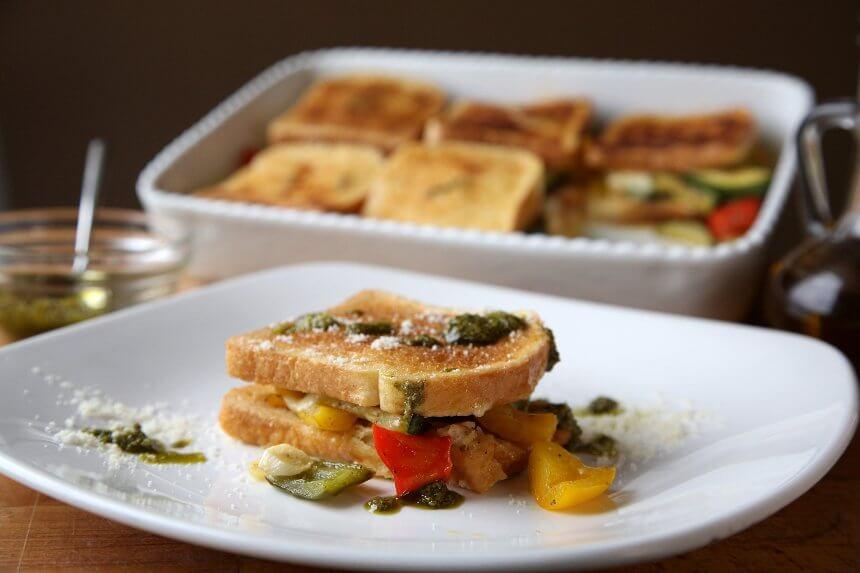 Vegetarijanski složenac od tikvica i paprike s tostom