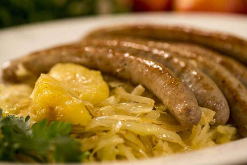 Kobasice pečenice s bijelim kupusom na bavarski način