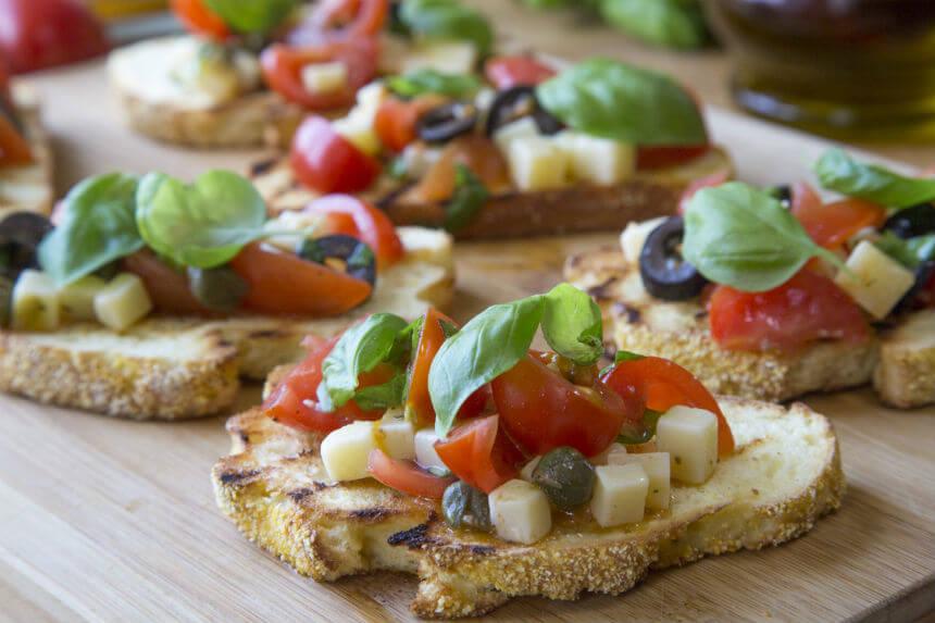 Bruschette s tvrdim sirom i mini rajčicama