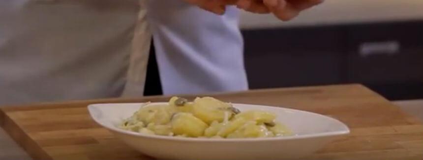 Sočna salata od krumpira, inćuna i kapara