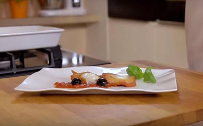 Pohana piletina s mozzarellom i crnim maslinama u umaku od rajčice