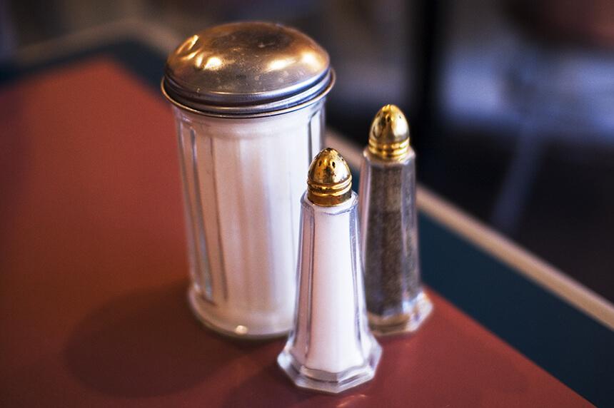 Salt,_sugar_and_pepper_shakers