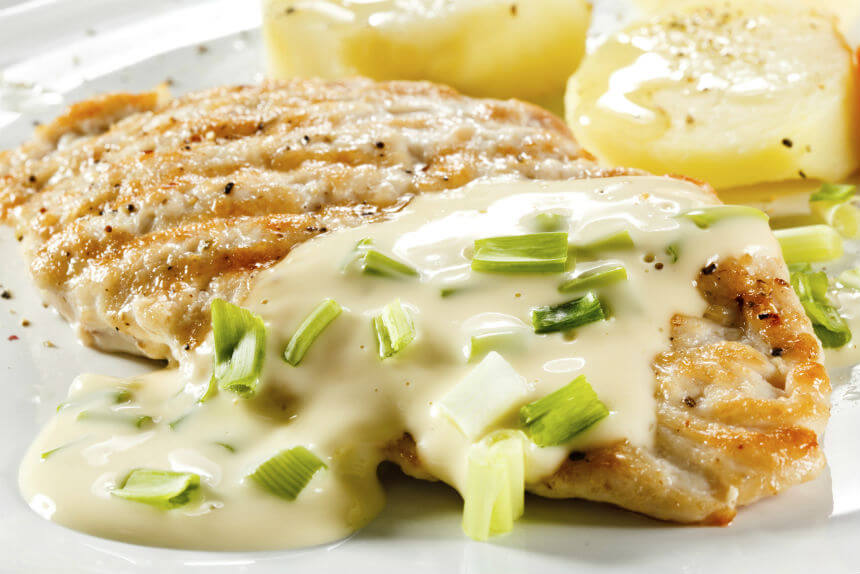 Piletina u bijelom umaku s mladim lukom