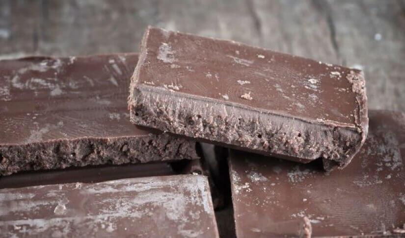 Zašto se na čokoladi s vremenom pojavljuje čudan bijeli sloj?