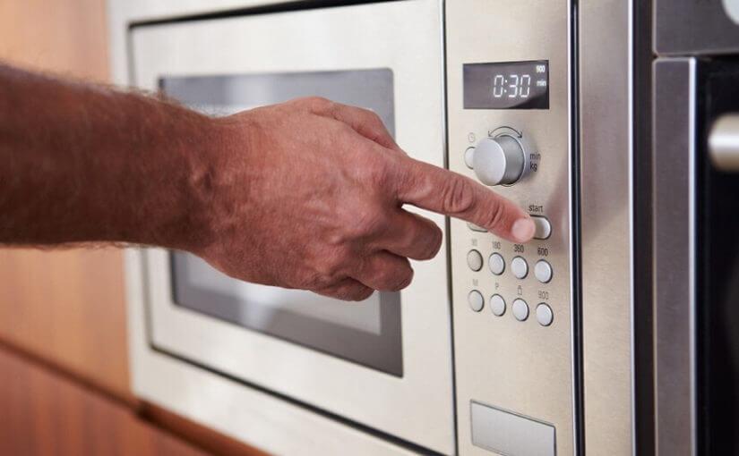8 stvari koje nikada ne trebali stavljati u mikrovalnu pećnicu