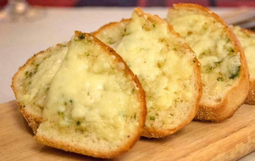 zapeceni-kruh-sa-sirom-i-cesnjakom