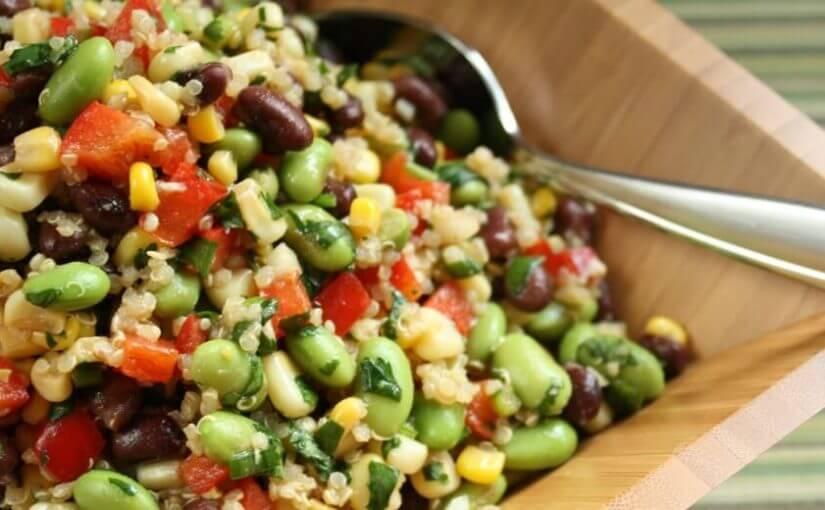 Grah salata s kukuruzom, crvenom paprikom i avokadom